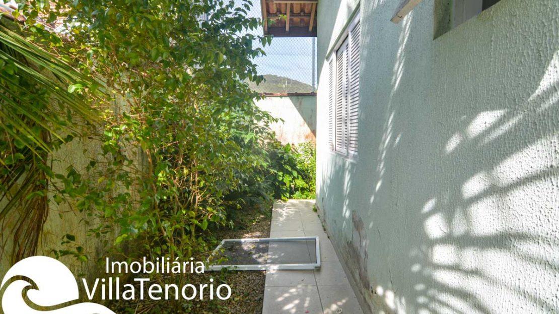 Casa-venda-lazaro-ubatuba-corredor-quintal